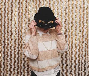 Dalia mit Hut vor der Fotobox